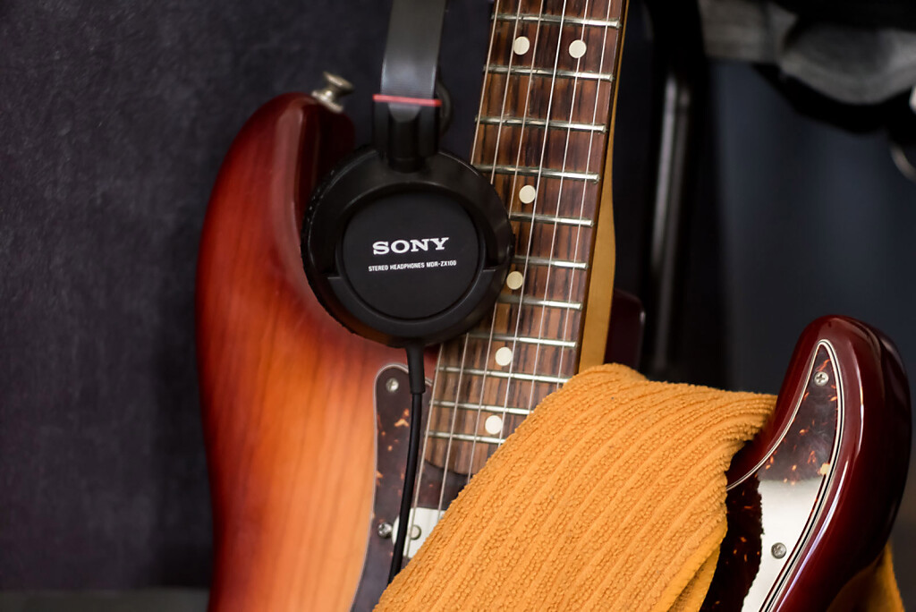 Standard framing at minimal focus distance, hand-held at 1/13 - focused on the headphone lettering